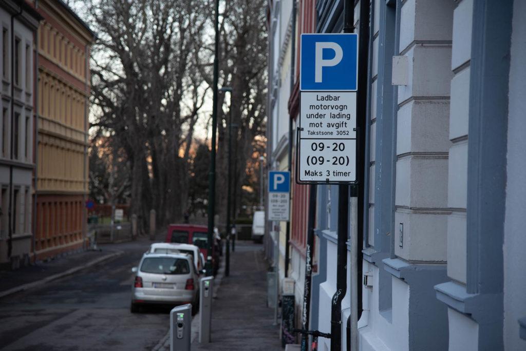 Parkering er en av 12 kostnader med bil du kasnkje ikke tenker over. Her vist med et bilde av et parkeringsskilt i oslo