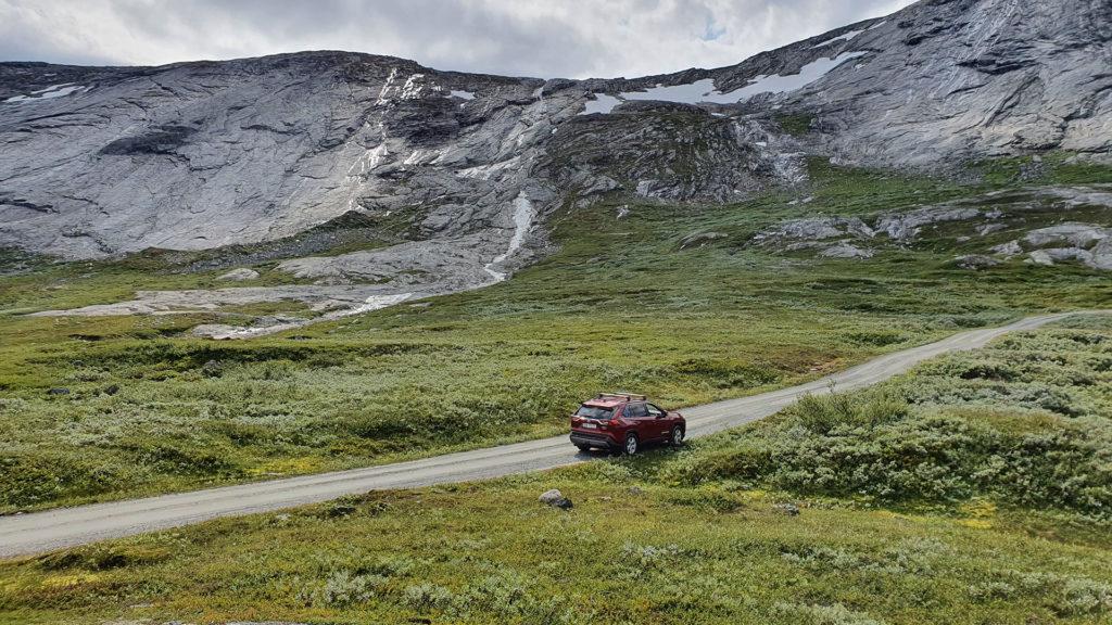 Bilkollektivets Toyota Rav4 og norsk natur i all sin prakt